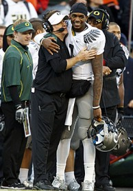 Darron Thomas and Chip Kelly hugging on the sidelines (US Presswire)