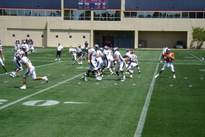 Tim Tebow drops back to pass during 2010 training camp his rookie season. (David Saez/EDN)