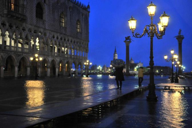 Venezia, 01/12/2010 - Non c'è tregua per i veneziani, questa mattina, dopo una breve pausa è tornato il cattivo tempo con vento freddo e pioggia accompagnato dall'acqua alta.